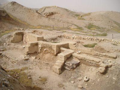 Fundamenty mieszkalne odkopane w Tell es-Sultan w Jerycho