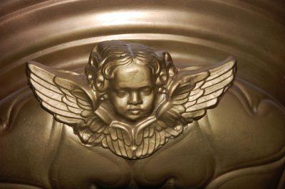 Anioł na grobowcu