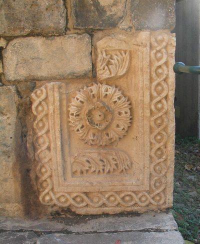Pozostałości bramy twierdzy krzyżowców ze starożytnym nadprożem