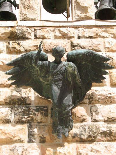 Anioł nad głównym wejściem