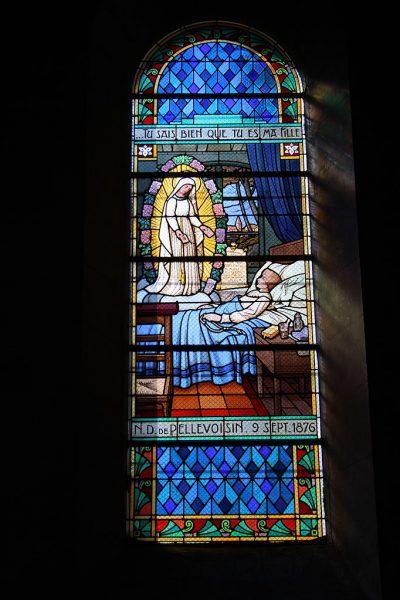 Witraż pokazujący Matkę Bożą ze szkaplerzem odwiedzającą chorą Estellę