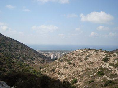 Widok na przedmieścia oraz Zatokę Hajfy
