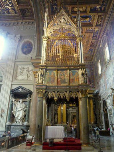 Gotyckie cyborium wewnątrz bazyliki